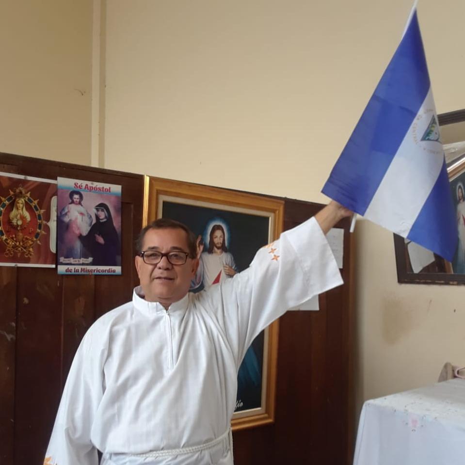 Paramilitares arremeten contra el sacerdote Eliar Pineda para marcarle su camioneta con las siglas del FSLN