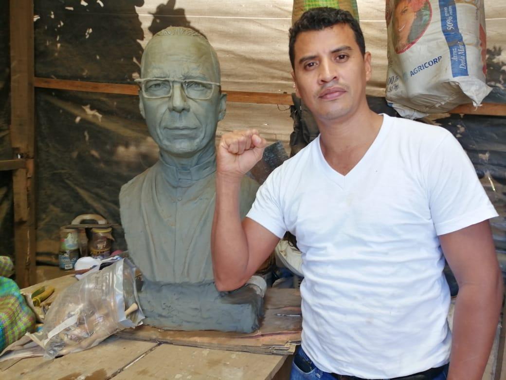 Helmuth Bustos realizó la escultura del Padre Edwin Román. Foto: Noel Miranda / Artículo 66