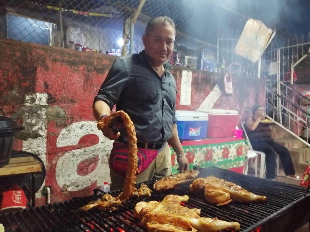 Exreo político Wilfredo Brenes en su negocio de venta de pollos asados. Foto: Noel Pérez/Artículo 66