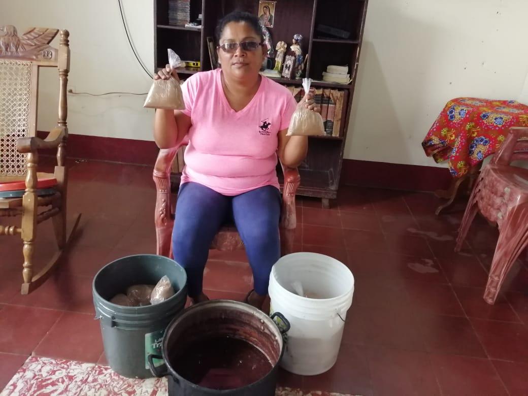 Exrea política de Niquinohomo Tania Muñoz busca como sobrevivir vendiendo pinolillo y frijoles cocidos. Foto: Noel Miranda/Artículo 66