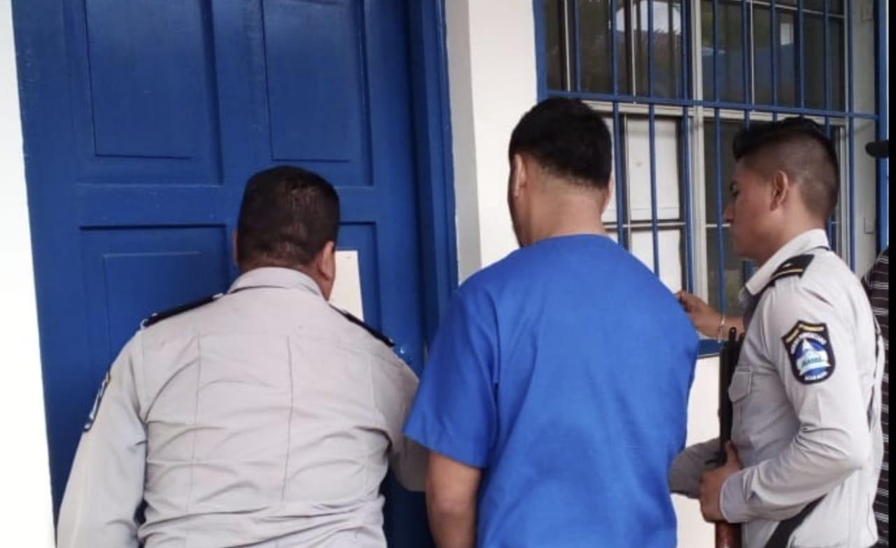 El preso político de Masaya Denis Palacio Hernández es remitido a juicio esposado y custodiado por efectivos del Sistema Penitenciario de Granada.