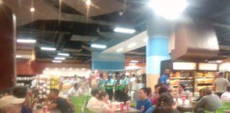 Policía orteguista acorrala y asedia a familiares de presos políticos en el supermercado La Colonia