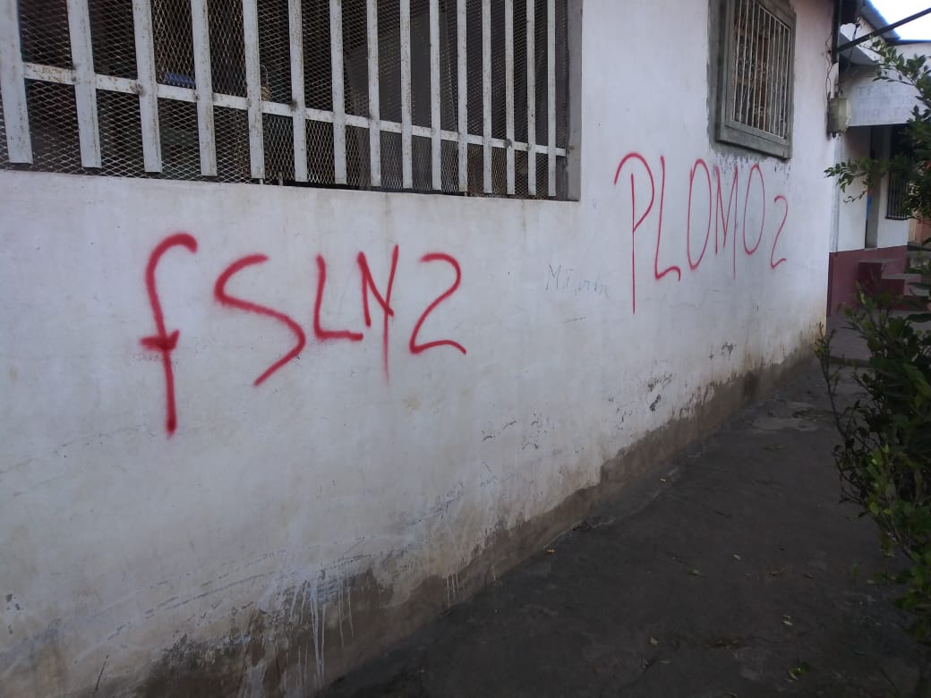 Pintas que realizaron en el domicilio del periodista. Foto: Cortesía