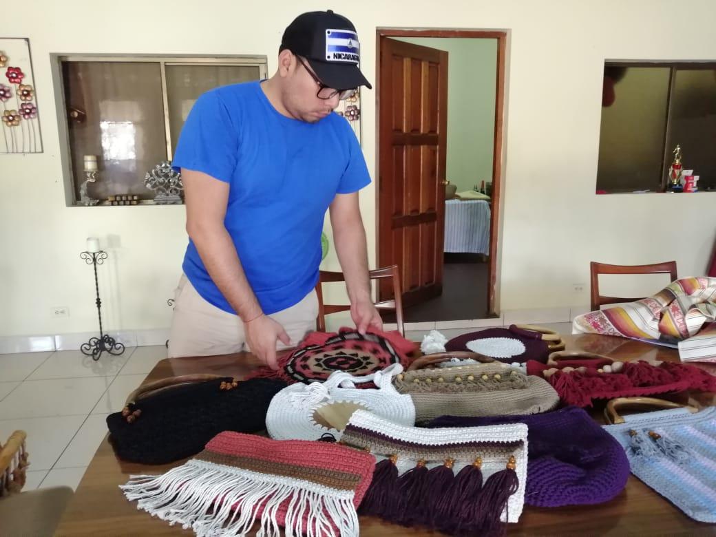 Exreo político Yubrank Suazo emprende negocio de confección y venta de bolsos. Foto: Noel Miranda/Artículo 66