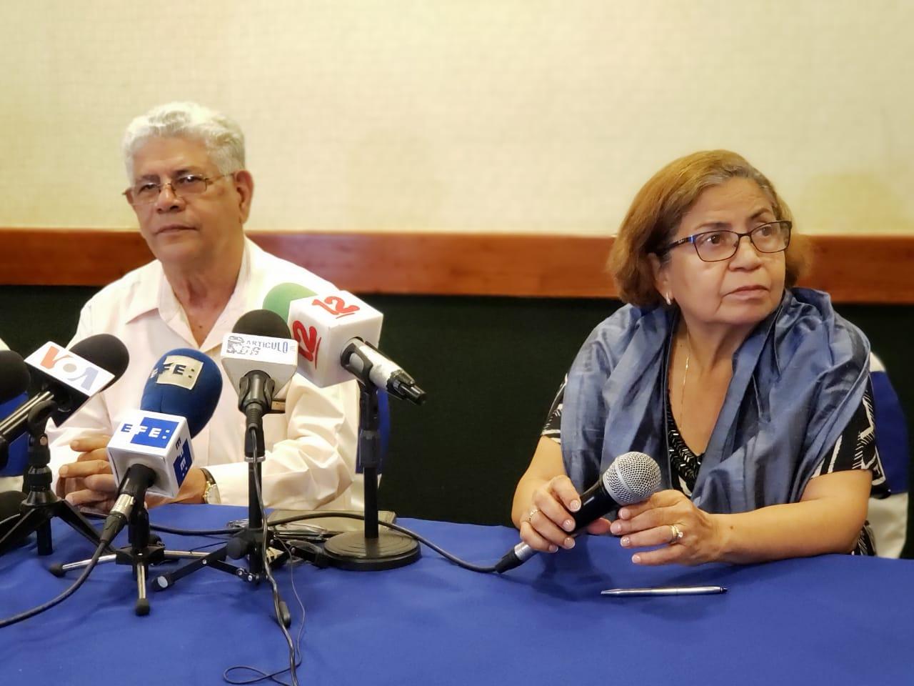 Padres del periodista Ángel Gahona retornan a Nicaragua después de haberse exiliados en Costa Rica