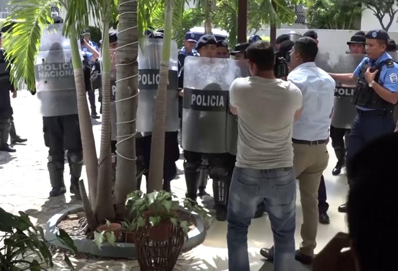 Policías golpean al periodista de Canal 10 Willih Narváez