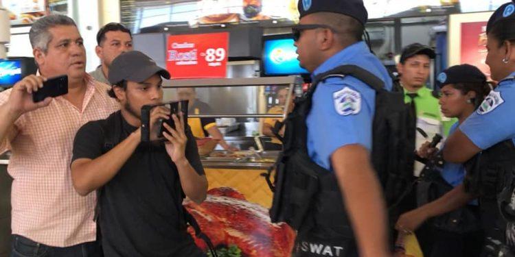 Oficiales de la Policía Nacional agreden a periodistas independientes. Foto: Tomada de las redes sociales.