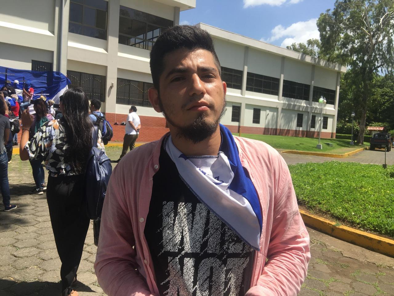 Civiles secuestran a excarcelado político Kevin Solis en el sector de la UCA. Foto: Cortesía