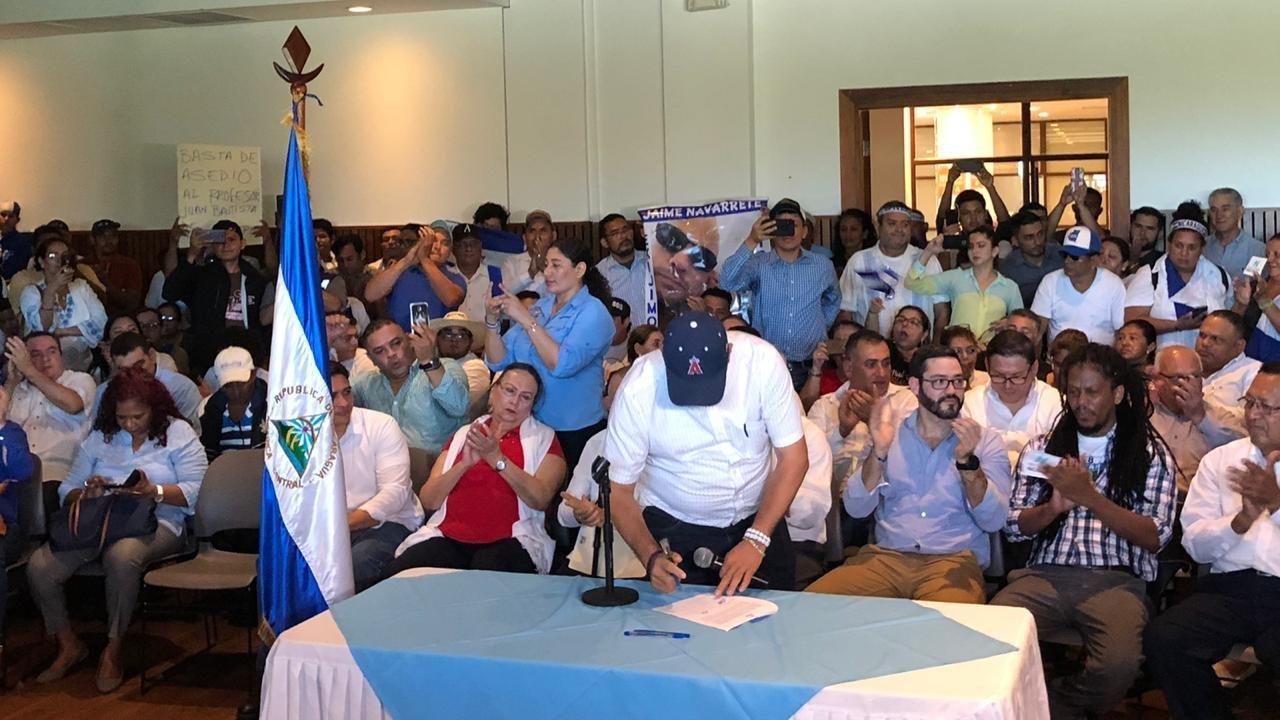 El líder del Movimiento Campesino, Medardo Mairena firma proclama y se integra a la Coalición Nacional. Foto: Cortesía