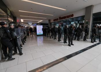 Batallón de antimotines orteguistas entra a Metrocentro a reprimir a autoconvocados. Foto: Nicaragua Investiga