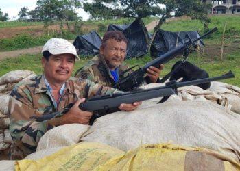 """Manuel Fonseca Alvarado, alias """"Foxtro"""", junto a otro paramilitar se exhiben atrincherados como que están en una guerra. Foto: Cortesía"""