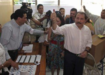 El actual presidente de Nicaragua y candidato presidencial por el gobernante Frente Sandinista de Liberación Nacional (FSLN), Daniel Ortega, muestra su dedo marcado con tinta tras depositar su voto en las elecciones generales en Managua, Nicaragua, el domingo 6 de noviembre de 2011. (AP foto/Esteban Felix)