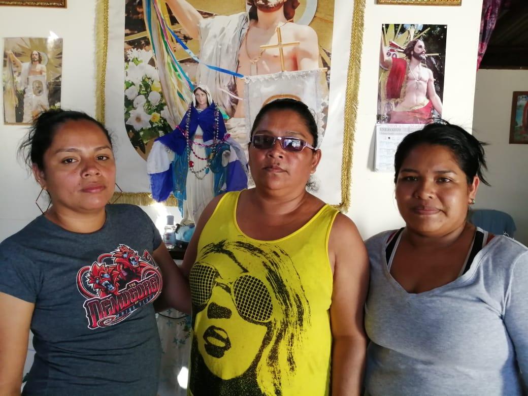 De izquierda a derecha: Carmen Muñoz, hermana de Tania Muñoz y Rosmery Muñoz, hija de Tania Muñoz. Foto: Noel Miranda / Artículo 66