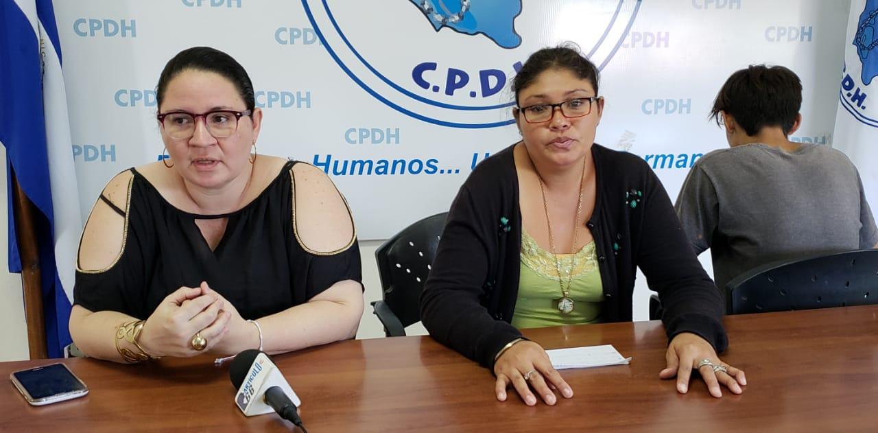 De izquierda a derecha: Abogada de la CPDH, Karla Sequeira; Madre del menor, Johana Roa y el adolescente víctima. Foto: G. Shiffman / Artículo 66