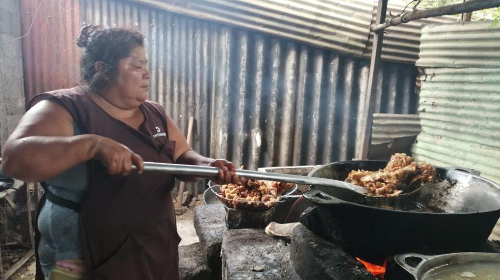 Nohemí Valencia, hermana del preso político Mauricio Mendoza se dedica a la venta de chicharrón. Foto: Noel Miranda/Artículo 66