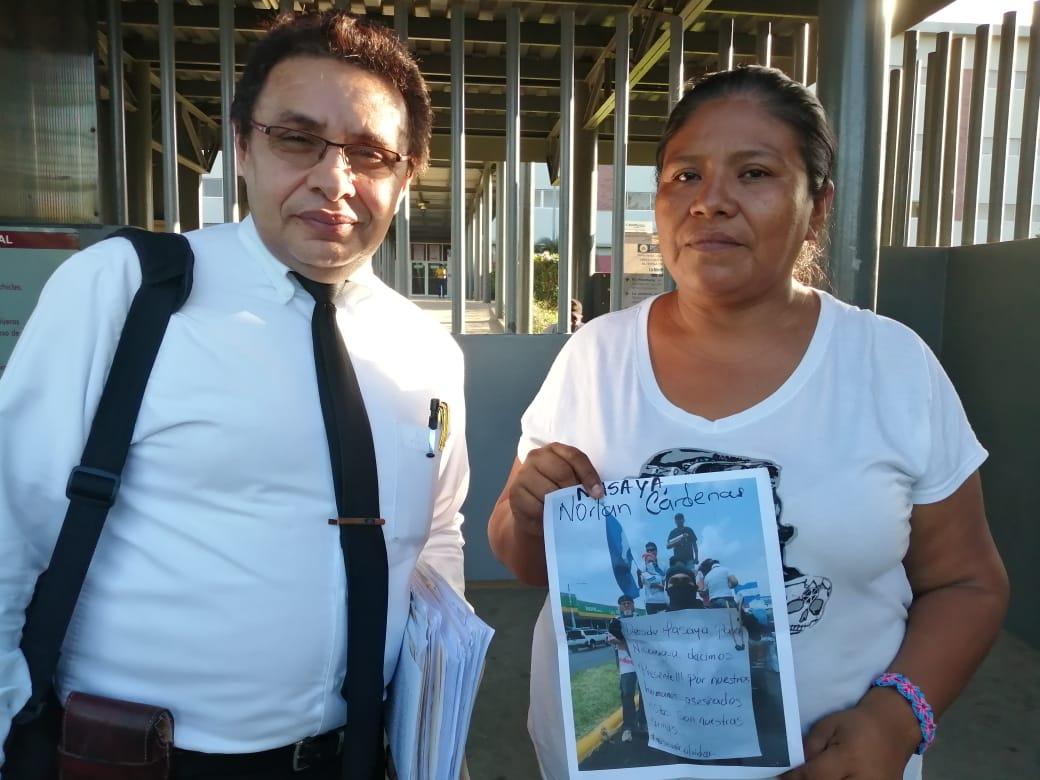 El abogado defensor, Julio Montenegro junto a Ruth Martínez. Foto: Noel Miranda / Artículo 66