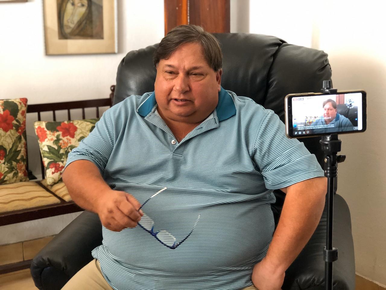 Comentarista Jaime Arellano denuncia ante la CPDH asedio policial. Foto: Donaldo Hernández/VOA
