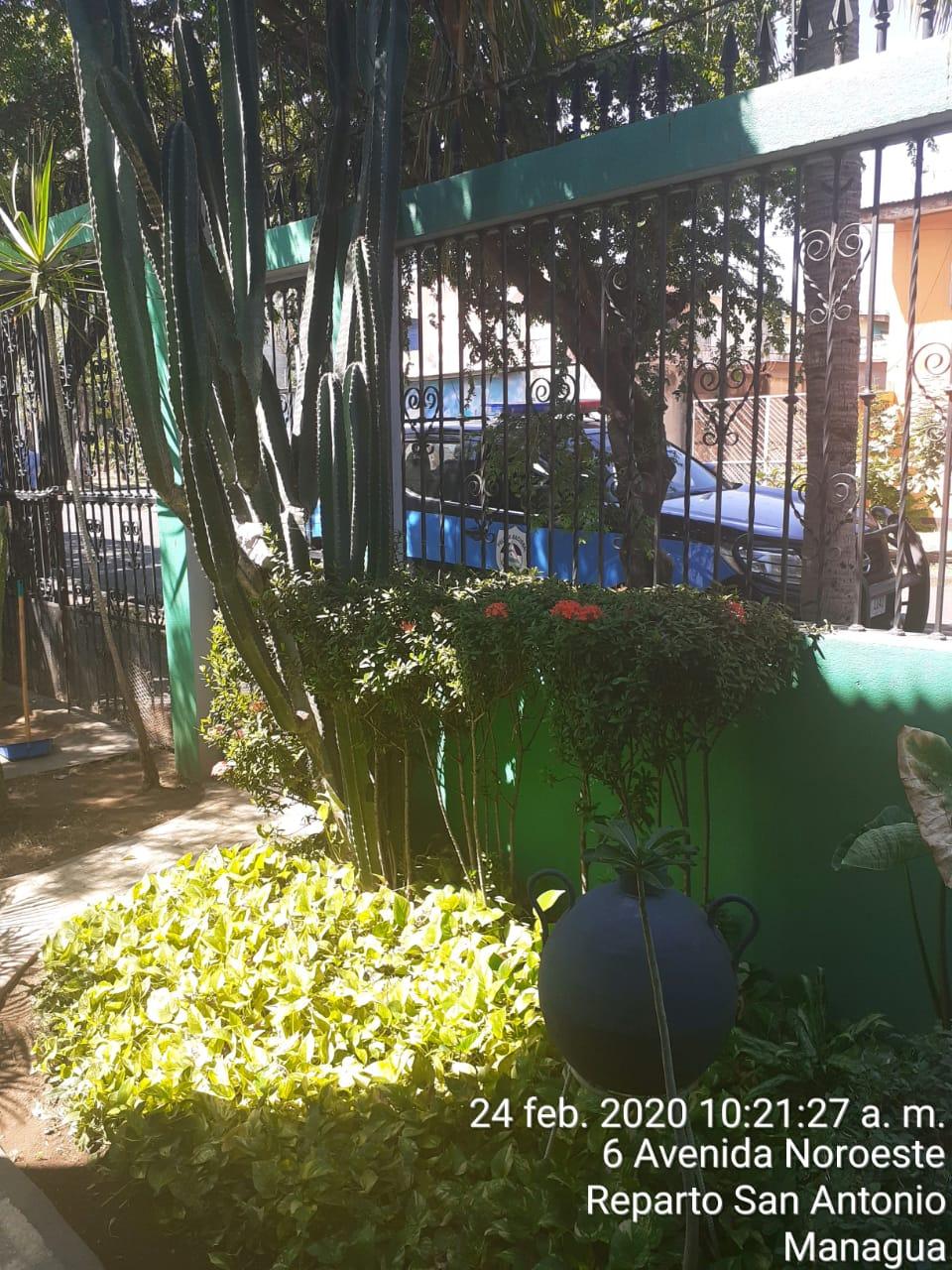En las afueras de la casa del profesor y excarcelado político, Ricardo Baltodano. Foto: Cortesía