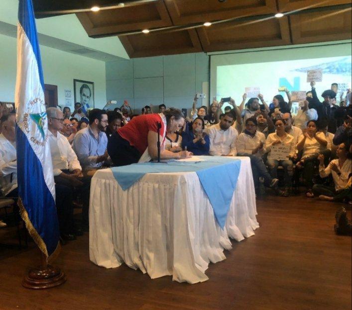 Diputada María Haydee Ozuna del PLC firma proclama de la Coalición Nacional. Foto: Cortesía