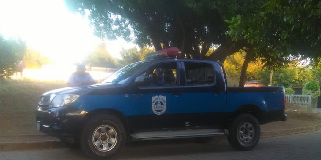 Camioneta de la Policía asedia vivienda de la exrea política Karla Ñamendi. Foto: Cortesía