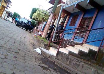 Policía orteguista mantiene asedio a la casa del exguerrillero sandinista Fernando Brenes. Foto: Noel Miranda