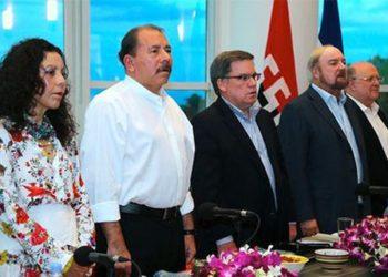 Rosario Murillo y Daniel Ortega junto a sus exaliados de la empresa privada de Nicaragua. Foto: Cortesía/La Prensa