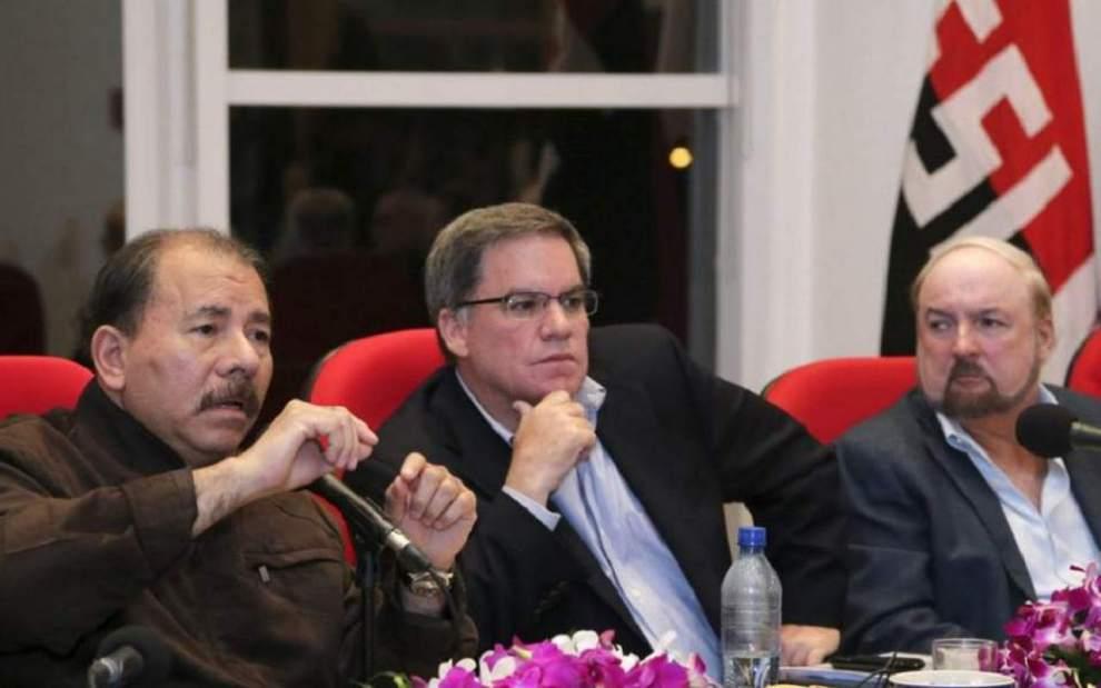 """En los años de romance, Daniel Ortega comparecía con la cúpula empresarial y con los dueños del gran capital disfrutando de la alianza de """"diálogo y consenso"""". En la gráfica, el dictador Ortega, el presidente del COSEP, José Adán Aguerri y el empresario Carlos Pellas."""