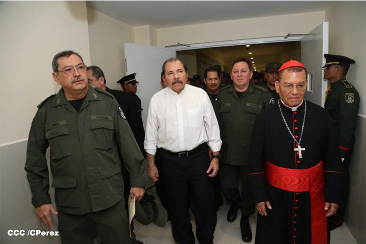 Daniel Ortega junto a la jefatura del Ejército y al cardenal Miguel Obando (qepd) durante la inauguración del hospital militar, en junio de 2015.