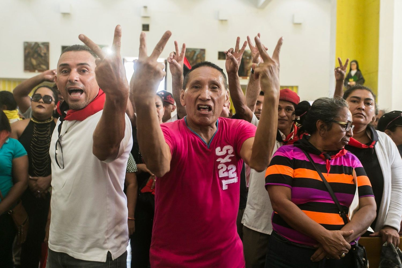 Algunos de los agitadores de la turba orteguista que llegó a boicotear la misa del poeta Ernesto Cardenal. Foto: Jorge Mejía Peralta
