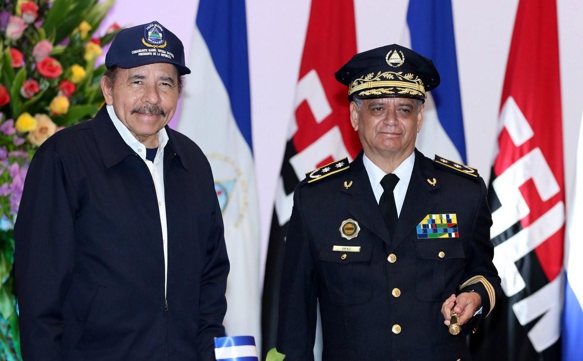 Daniel Ortega junto a su consuegro Francisco Díaz, director de la Policía sancionada. Foto: La Prensa
