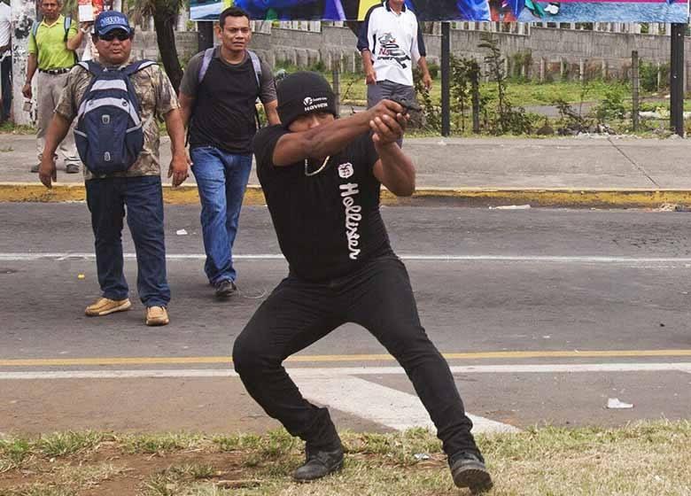 """Samir Matamoros, conocido como """"El pistolero de Metrocentro"""" quien atacó a tiros una manifestación opositora, a vista y paciencia del comisionado Juan Valle Valle. Foto: La Prensa."""