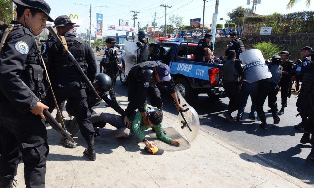 Efectivos de la Dirección de Operaciones Especiales en plena faena represiva en Managua.