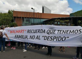 Ciudadanos protestas por nuevas medidas de Walmart que poner 1,500 empleos en peligro. Foto: Noel Miranda