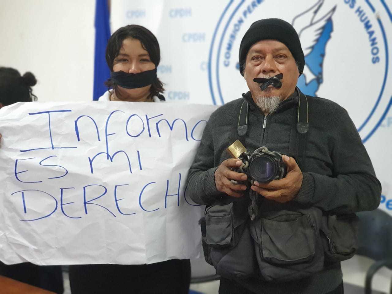 Periodistas se amordazan y encadenan su cámara en símbolo de protesta. Foto: Álvaro Navarro/Artículo 66