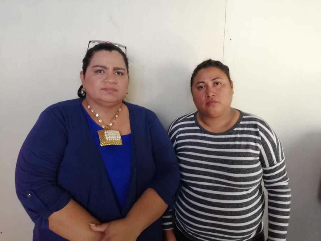 Exrea política María Gómez junto a la abogada Yonarqui Martínez. Foto: Noel Miranda/Artículo 66