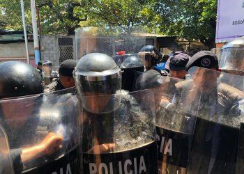 Ortega despliega un fuerte contingente de antimotines que mantienen cercada la organización feminista La Corriente. Foto: Daliana Ocaña