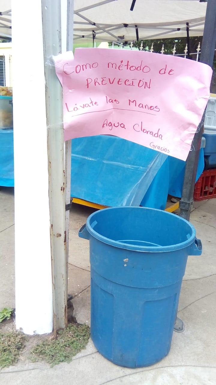 Los vendedores de comida pusieron un balde con agua enclorada para que los estudiantes laven sus manos como medida de prevención por coronavirus. Foto: Cortesía