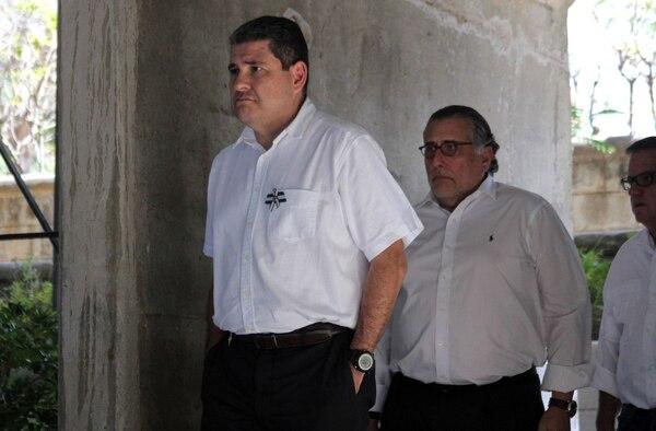 El coordinador de la Alianza Cívica, Juan Sebastián Chamorro, seguido por Mario Arana, integrante de esa coalición opositora.