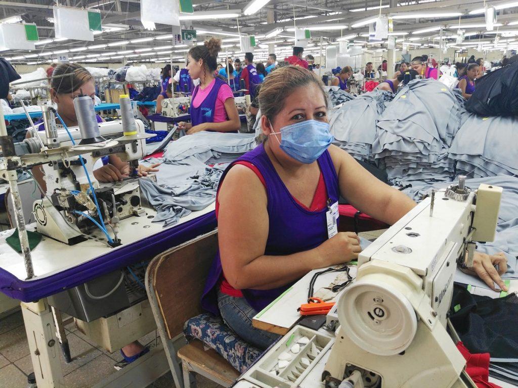 Trabajadoras de la industria textil están en aprietos porque las exportaciones de estas empresas se han caído por el coronavirus. Foto: La Prensa.