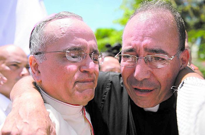 Monseñor Silvio Báez junto al padre Edwin Román, de Masaya. Foto: Cortesía