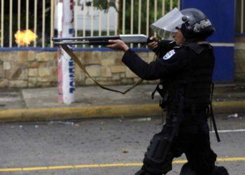 Policías atacan a manifestantes en Nicaragua. Foto: Tomada de internet.