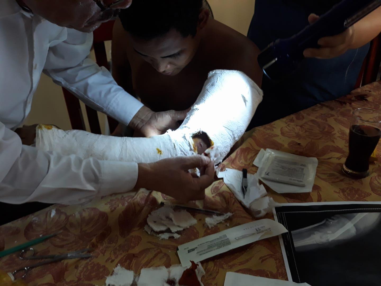 El doctor Lagos, el 19 de abril de 2018, inició a atender a jóvenes heridos de balas producto de los ataques por paramilitares y policías. Foto: Artículo 66 / Cortesía
