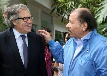 Luis Almagro, secretario general de la OEA, junto a Daniel Ortega, presidente de Nicaragua