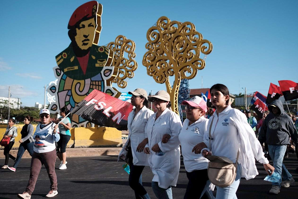 En las movilizaciones partidarias, el oficialismo sometió a riesgo hasta al personal de salud. Foto: Alberto González / EFE