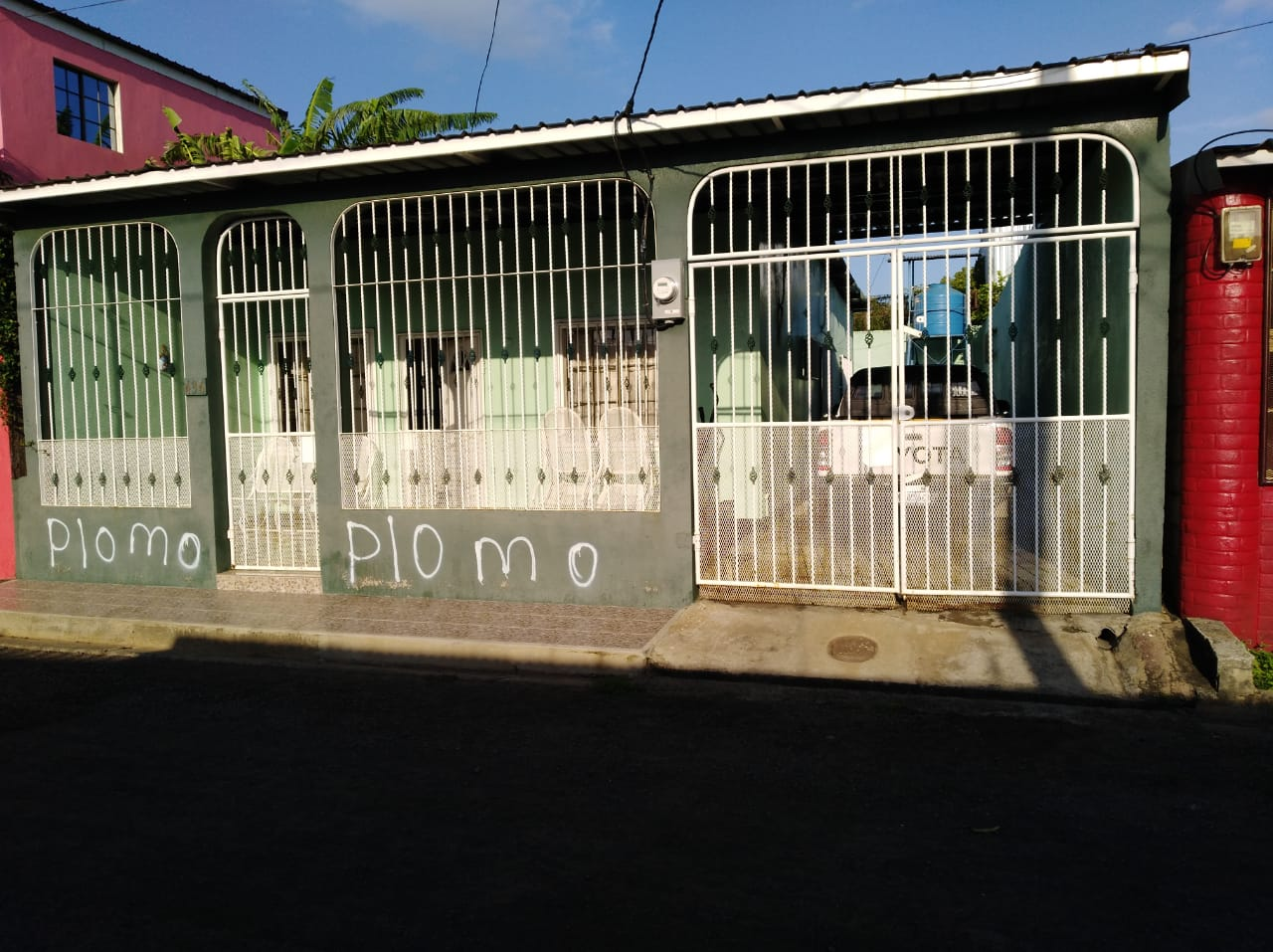 Pintas en la vivienda de la abogada Leyla Prado, quien se vio obligada a exiliarse. Foto: La Prensa