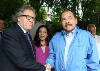 Luis Almagro, junto a Daniel Ortega durante una de las reuniones entre la Secretaría General de la OEA con el régimen para encontrar una salida democrática a la crisis que vive el país.