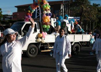 Régimen orteguista pone a bailar al personal de Salud para «enseñar» prevención del coronavirus. Foto: EFE