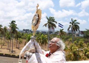 Leopoldo Brenes bendijo Managua ante la pandemia del COVID-19 desde la azotea de la Catedral Metropolitana de Managua. Foto/Reproducción: Radiotelevisión Católica de Nicaragua TV 51