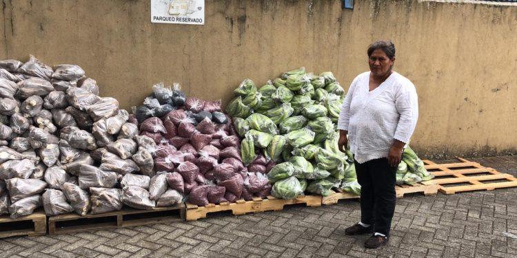Francisca Ramírez, del Movimiento Campesino, comparte alimentos con nicas exiliados en Costa Rica. Foto: Gerall Chávez/Nicaragua Actual