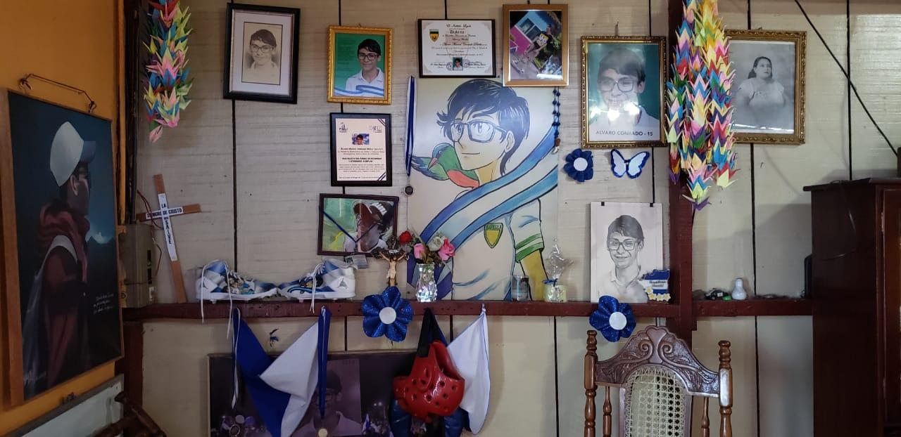 En la sala de la casa, don Álvaro ha dedicado un espacio para su difunto hijo. Foto: Geovanny Shiffman/Artículo 66